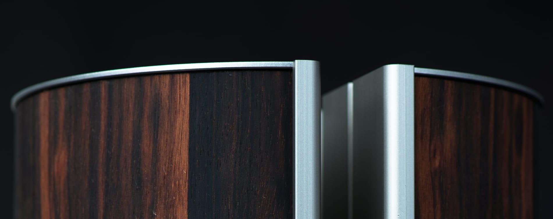 Het hout dat gebruikt wordt voor muziekinstrumenten past perfect bij het design van de illum urn