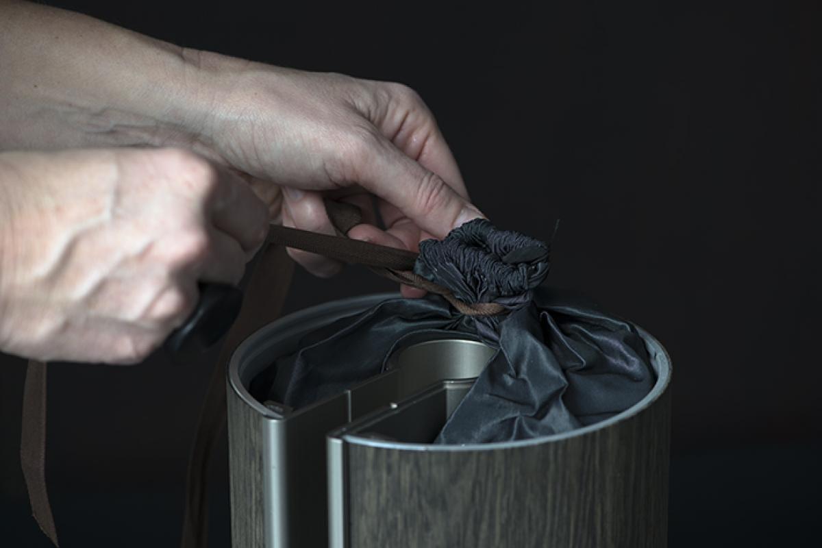 het aszakje binnenin maakt de illum urn tot een extra intiem en zachte urn