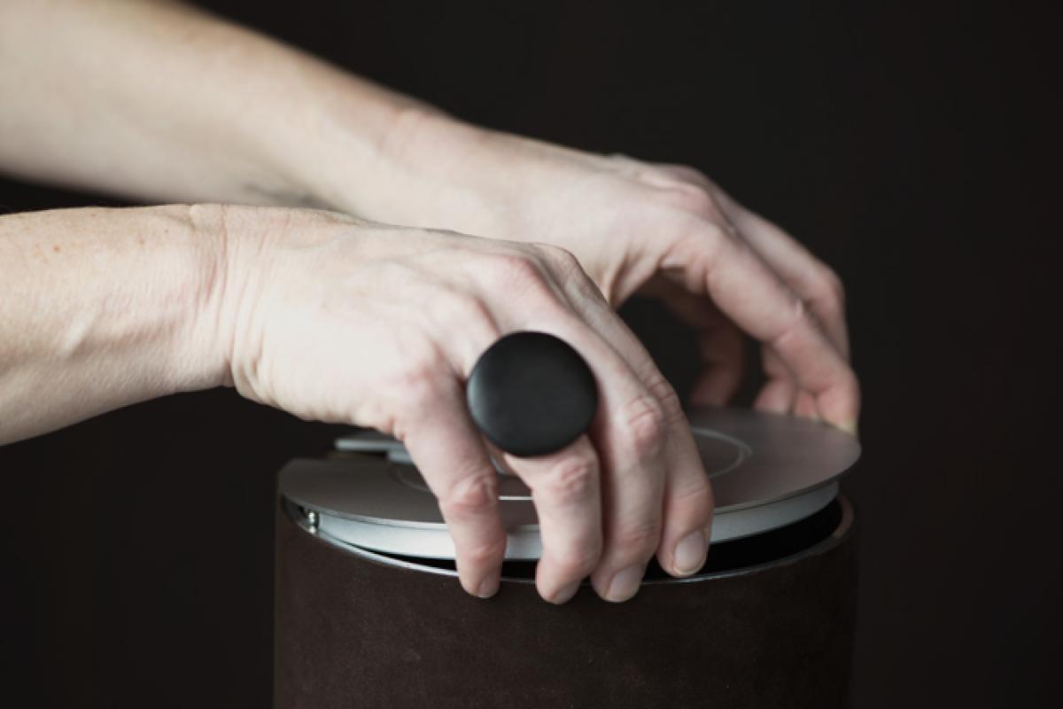 Met de drukveertjes hoeft het deksel van de illum urn niet verlijmd te worden.