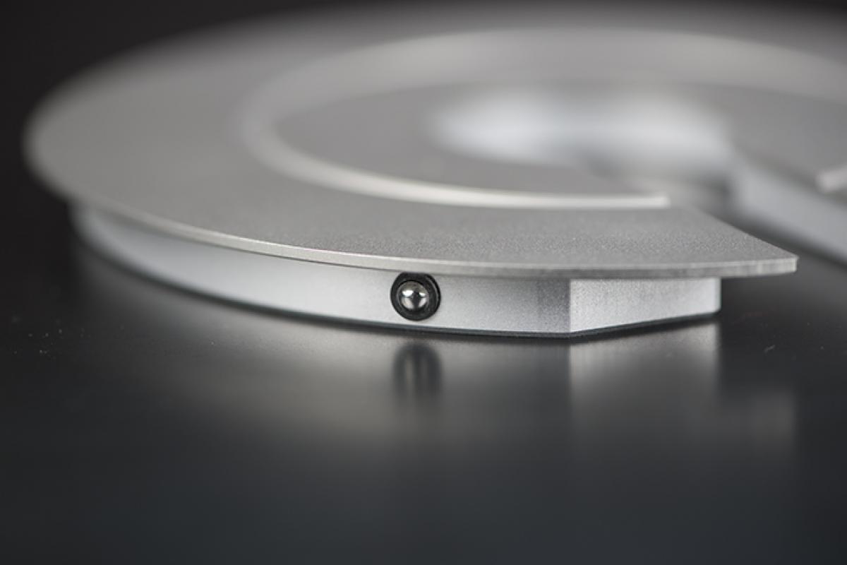de drukveertjes maken het mogelijk om de illum urn telkens te openen zonder ze te beschadigen