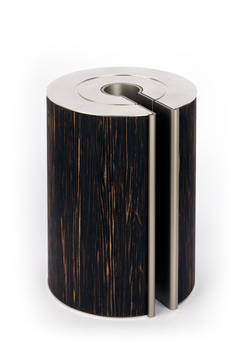 Dat kokospalm - door zijn aparte groeiwijze - geen jaarringen heeft, vinden we bij illum urn symbolisch onweerstaanbaar.