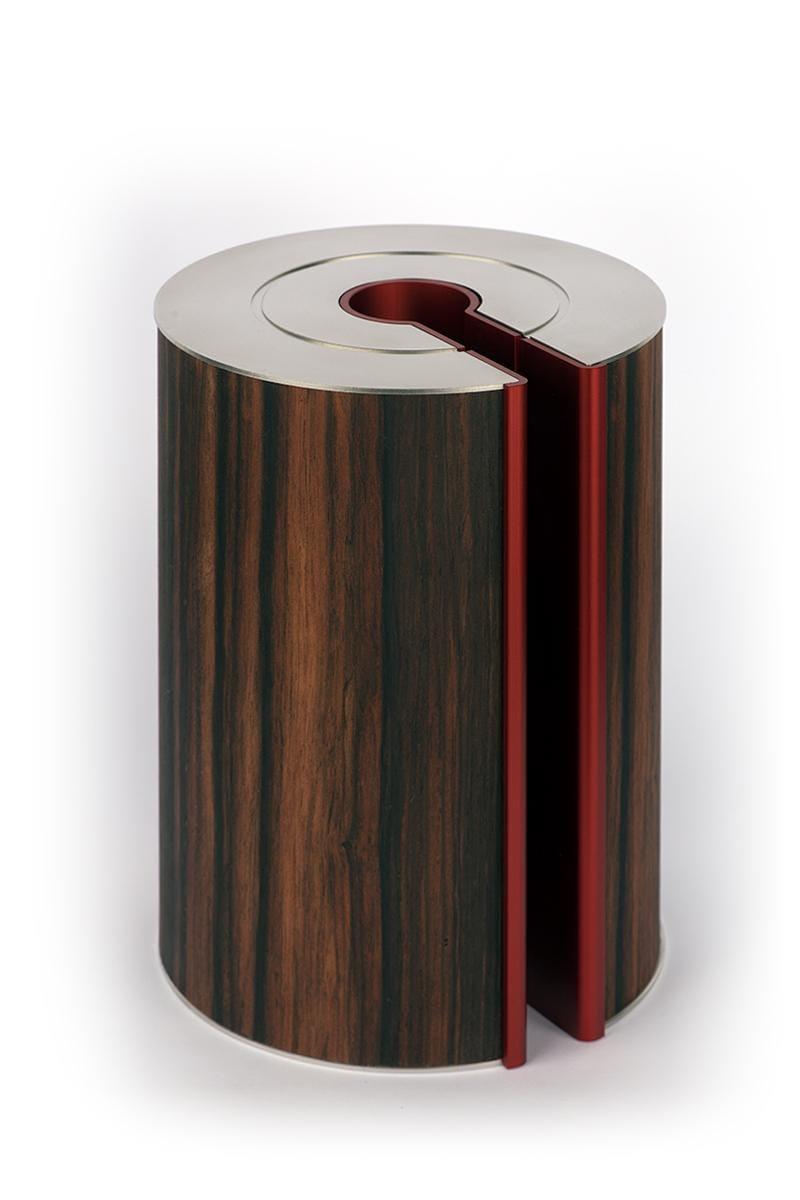 Dit is een uitzonderlijk mooi Indonesisch hardhout dat wordt gebruikt voor high-end meubelwerk en muziekinstrumenten is prachtig bij de strakke vormgeving van de illum urn