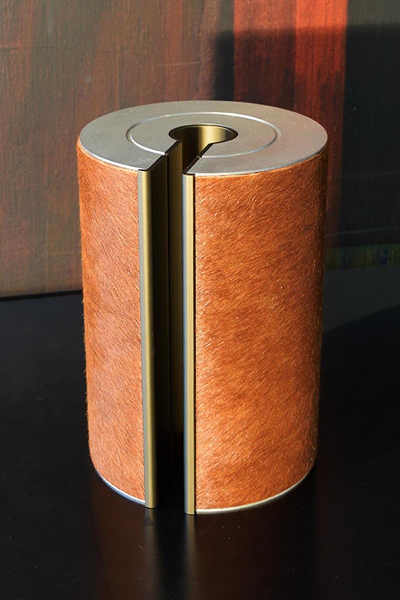 Voor een veehouder werd deze illum urn gepersonaliseerd met koeienhuid.